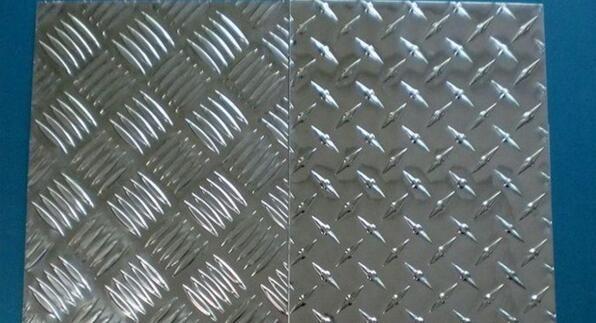 花纹铝板是指厚度在0.2mm-500mm的范围之内的铝板,并且铝板的宽度为200mm,长度为16m,铝板上还刻有各式各样的花纹,这样的铝板叫做花纹铝板。这篇文章主要为大家介绍花纹铝板规格有哪些。   铝板生产厂家介绍什么是花纹铝板   花纹铝板可以按照不同的标准分成不同的种类。根据花纹铝板的合金的成分可以将花纹铝板分为高纯花纹铝板、纯花纹铝板、合金花纹铝板、复合花纹铝板以及包铝花纹铝板。高纯花纹铝板的纯铝含量达到99.